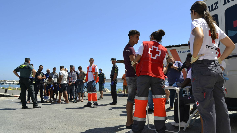 Una trabajadora de la Cruz Roja realiza la clasificación a un marroquí recién llegado a España. (M. Z.)