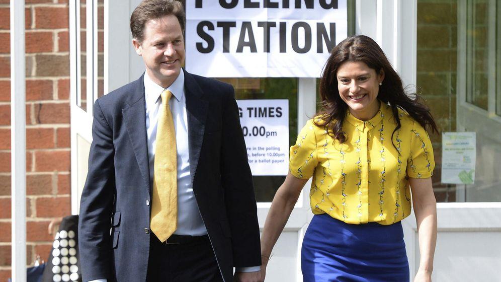 Foto: El ex vice primer ministro Nick Clegg junto a su mujer, Miriam González. (EFE)