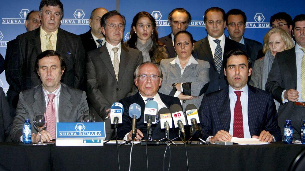 Foto: José María Ruiz Mateos, acompañado de algunos de sus hijos y trabajadores de Nueva Rumasa en una foto de archivo. (EFE)
