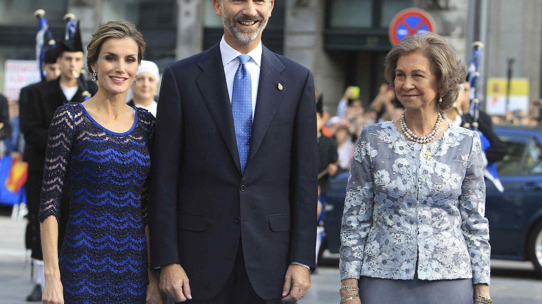 La reina Sofía, junto a los reyes Felipe y Letizia. (EFE)