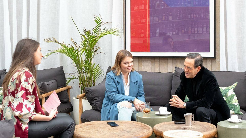 Foto de la entrevista de Berenice Lobatón a Bono y Sofía. (Ecooo Magazine)