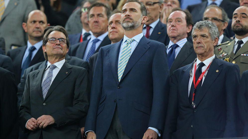 Foto: El rey Felipe junto a Villar y Artur Mas en el palco del Camp Nou. (Reuters)