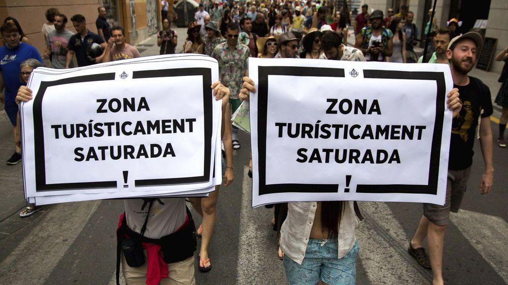 Foto: Protesta contra la saturación de apartamentos turísticos en Valencia. (EFE)