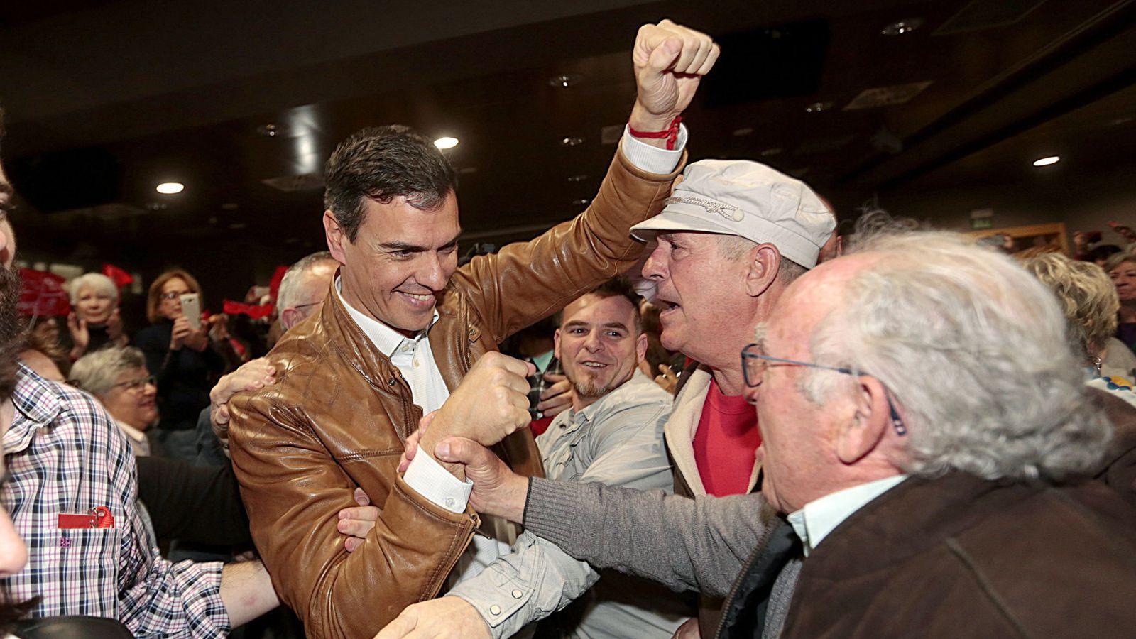Foto: Pedro Sánchez, saludado por militantes y simpatizantes socialistas este 18 de marzo en Granada. (EFE)