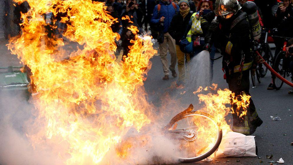 Foto: Un policía extingue un fuego en una de las manifestaciones en París (Francia). (Reuters)