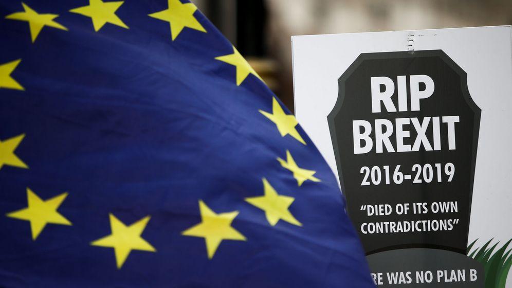 Foto: Banderas y carteles anti-Brexit durante una manifestación frente al Parlamento británico, el 7 de febrero de 2019. (Reuters)
