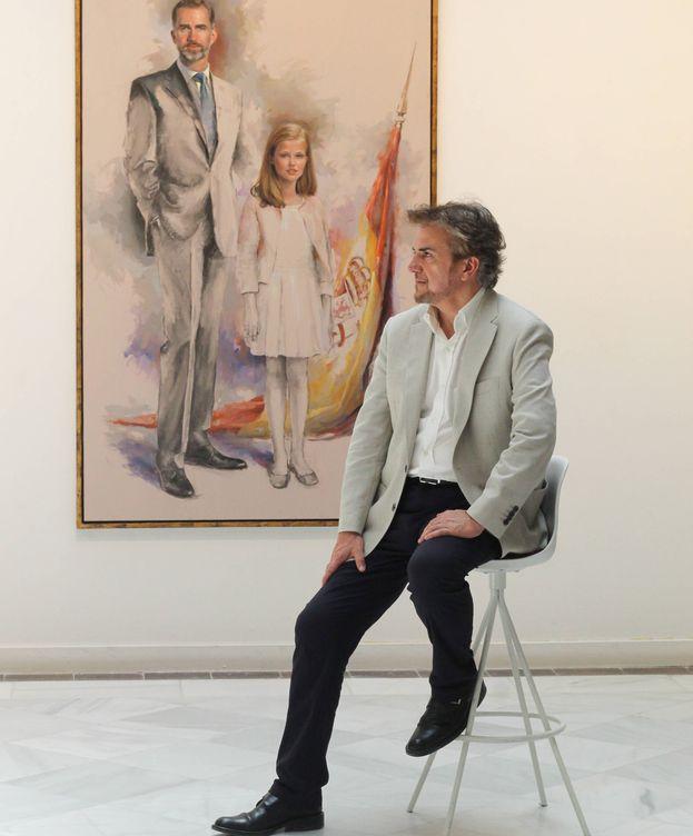 Foto: Ricardo Sanz, ante el retrato del rey Felipe con su hija Leonor. (Cortesía)