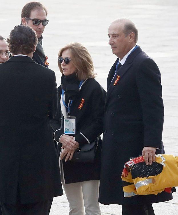 Foto:  El nieto mayor de Franco, Francis Franco con una bandera preconstitucional. (EFE)