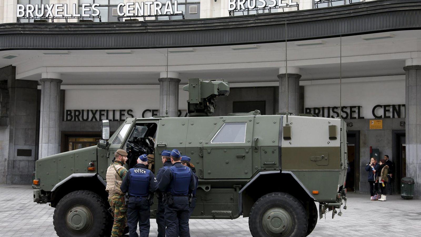 Foto: Un furgón blindado y soldados del ejército desplegados en Bruselas. (Reuters)
