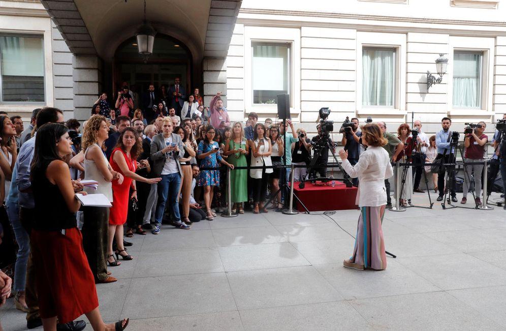 Foto: Carmen Calvo, vicepresidenta en funciones, durante sus declaraciones a los medios en el patio del Congreso, este 23 de julio. (EFE)