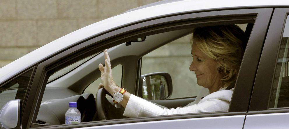 Foto: Esperanza Aguirre, en una imagen de archivo, conduciendo su coche en Madrid. (EFE)