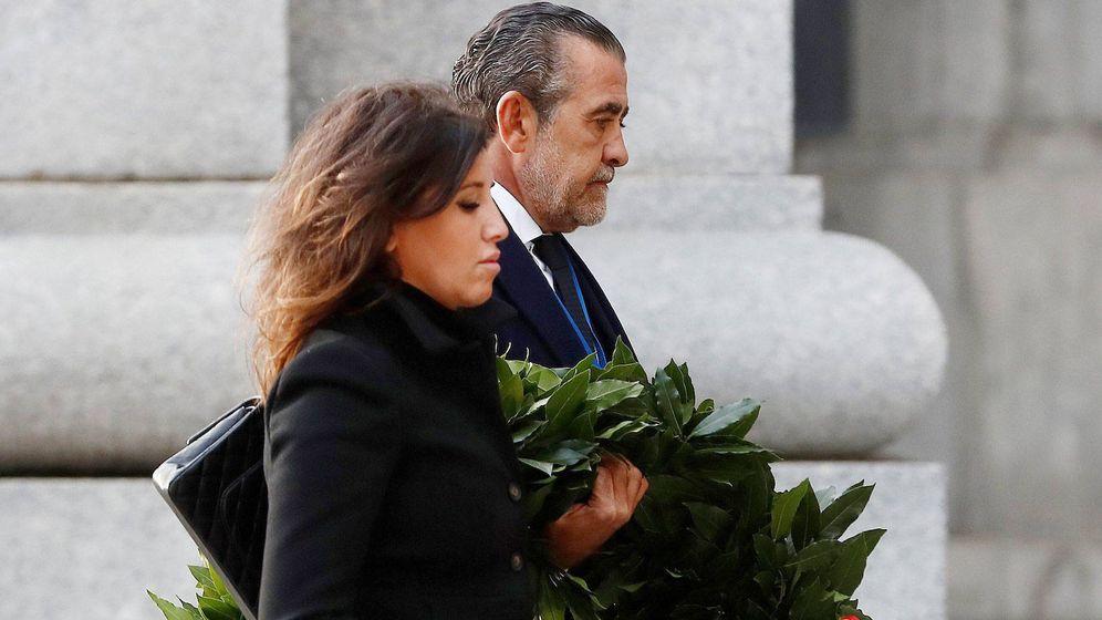 Foto:  Marta Fernández y Jaime, en la exhumación de Franco. (Getty)