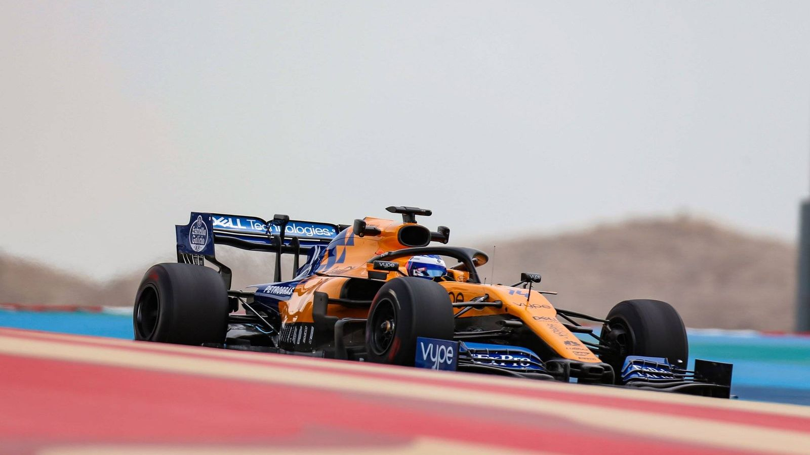 Foto: Fernando Alonso durante su primer contacto con el MCL34 en Sakhir. (McLaren)