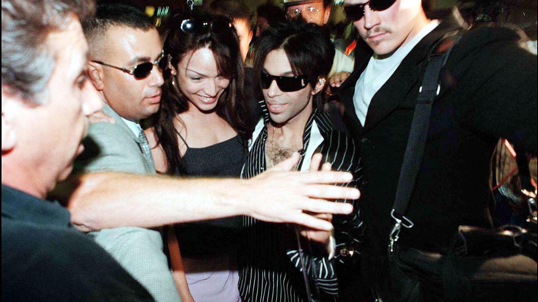 Foto: El cantante Prince y su mujer, Mayte García, a su llegada a Marbella (Gtres)