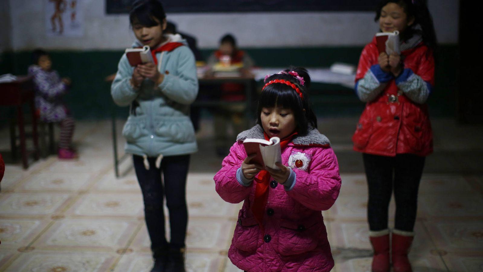 Foto: Estudiantes durante una lectura del Libro Rojo de Mao en una escuela de Sitong, en la provincia de Henan. (Reuters)
