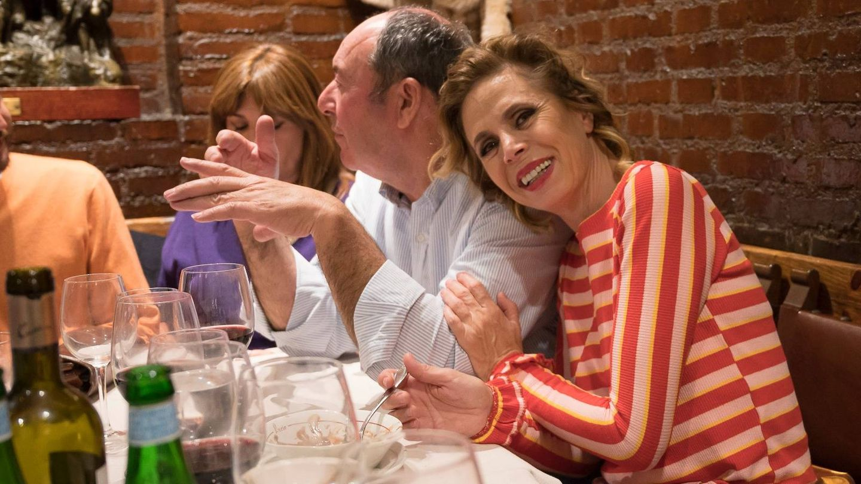 Ágatha sonríe mientras Luismi conversa con los periodistas. (Elio Valderrama)
