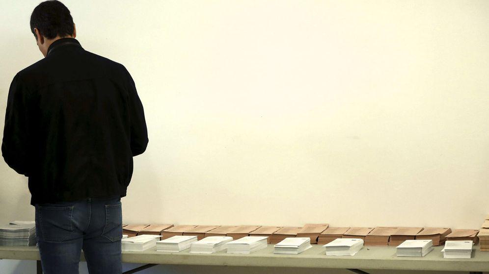 Foto: El secretario general del PSOE, Pedro Sánchez, coge las papeletas para votar. (EFE)