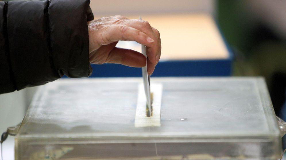 Foto: Una persona deposita su papeleta en una urna en las pasadas elecciones. (EFE)