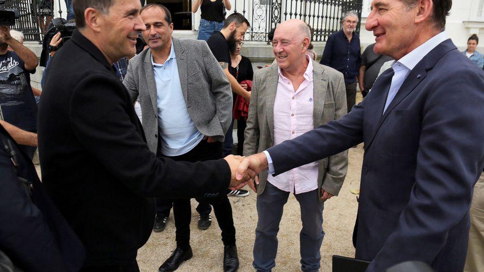 Foto: Currin saluda a Arnaldo Otegi en la cumbre de Cambo, organizada para escenificar la disolución de ETA. (EFE)