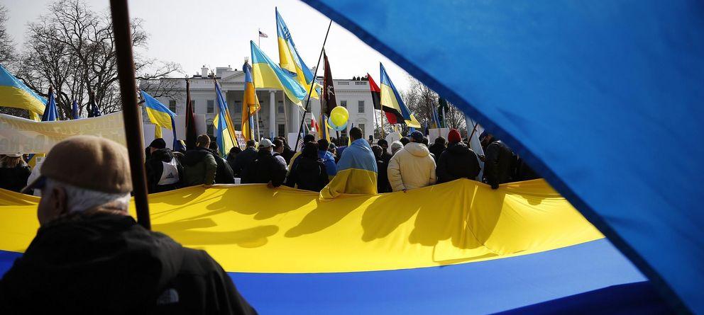 Foto: Manifestantes en favor de Ucrania delante de la Casa Blanca. (Reuters)