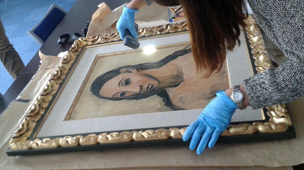 Foto: Fotografía facilitada por Aduanas francesas de la entrega a las autoridades españolas en Córcega de la obra de Picasso 'Cabeza de mujer joven'. (EFE)