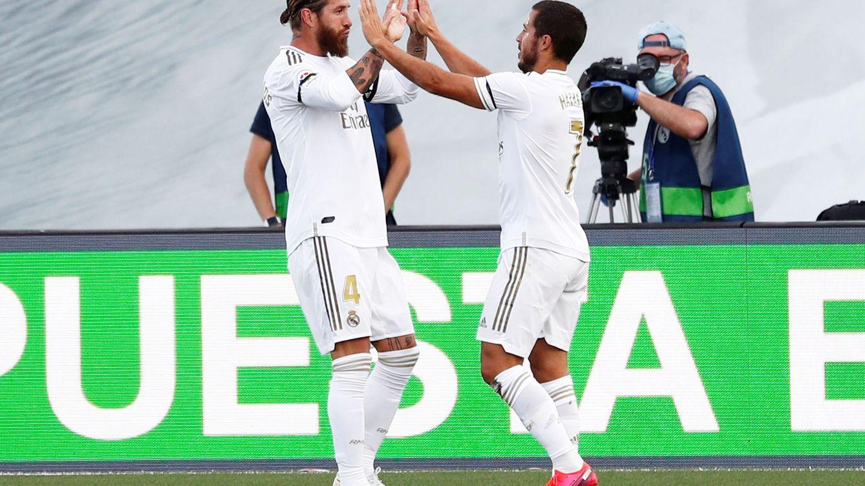 Foto: Sergio Ramos celebra con Hazard su gol al Eibar en el regreso del Real Madrid a LaLiga. (EFE)