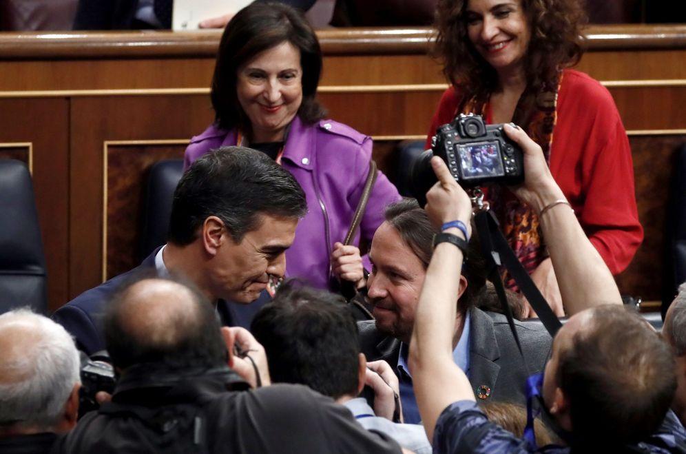 Foto: Pedro Sánchez es felicitado por Pablo Iglesias tras conseguir ser investido por el Congreso, este 7 de enero. (EFE)