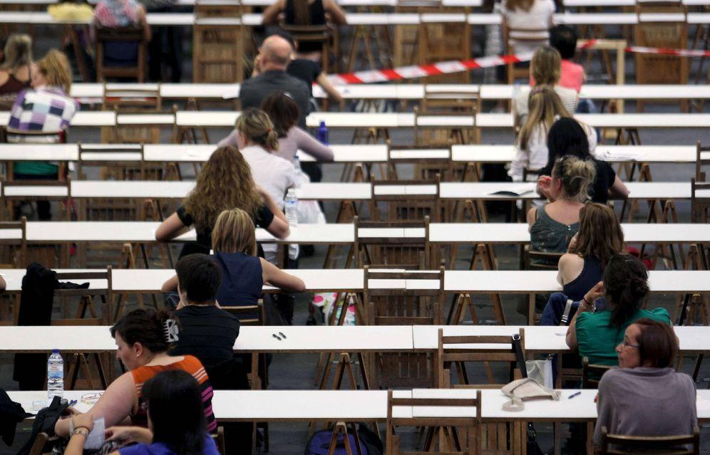 Foto: Varios opositores a la OPE de Osakidetza. (EFE)