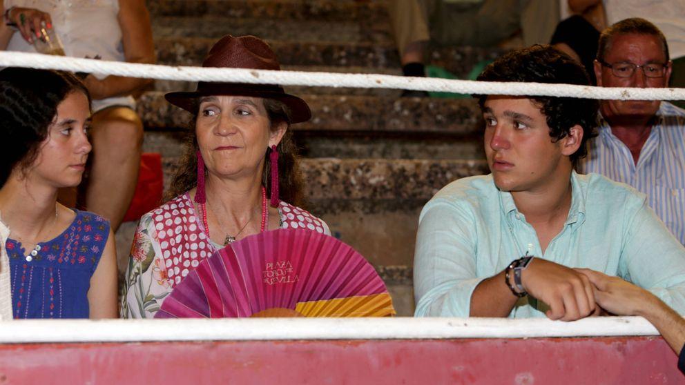 La infanta Elena y sus hijos ven las faenas de los Rivera en la última corrida de Mallorca