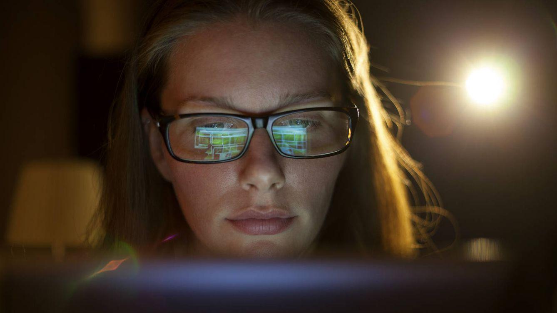 Foto: Es casi imposible evitarlo, pero pasamos demasiado tiempo delante de todo tipo de pantallas. (iStock)