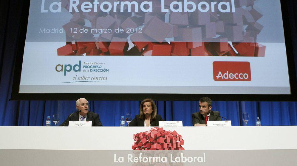 Foto: La ministra de Empleo, Fátima Báñez, Rafael Miranda (i), de la Asociación para el Progreso de la Dirección (APD), y Enrique Sánchez, presidente de la empresa de contratación temporal Adecco. (EFE)