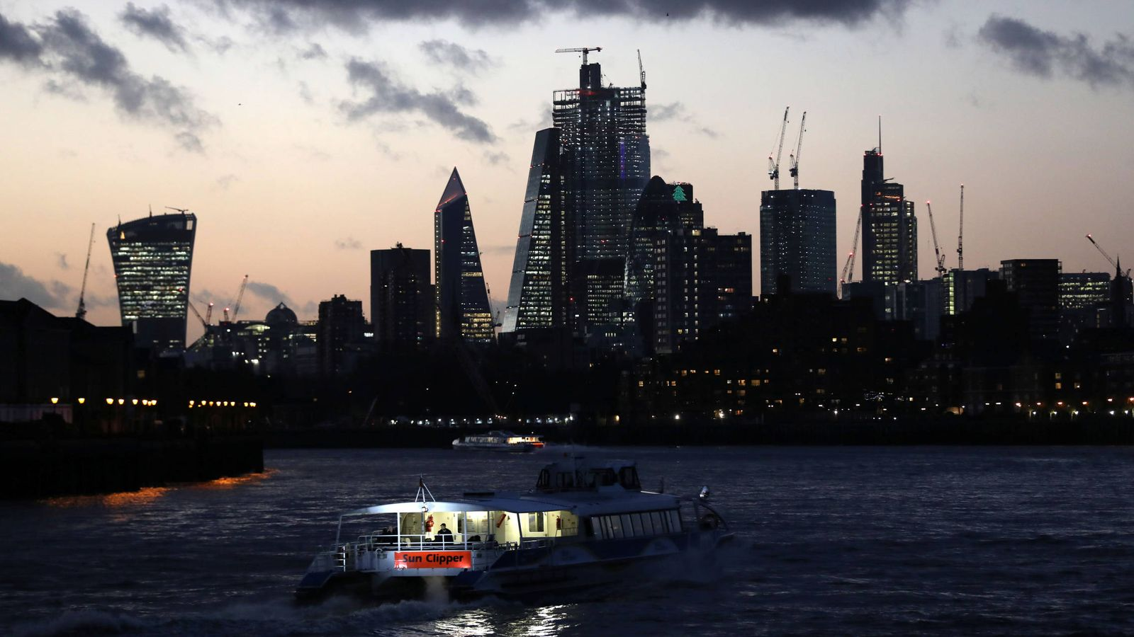 Photo: The sun sinks behind London's financial district on 7 December 2018 (Reuters)