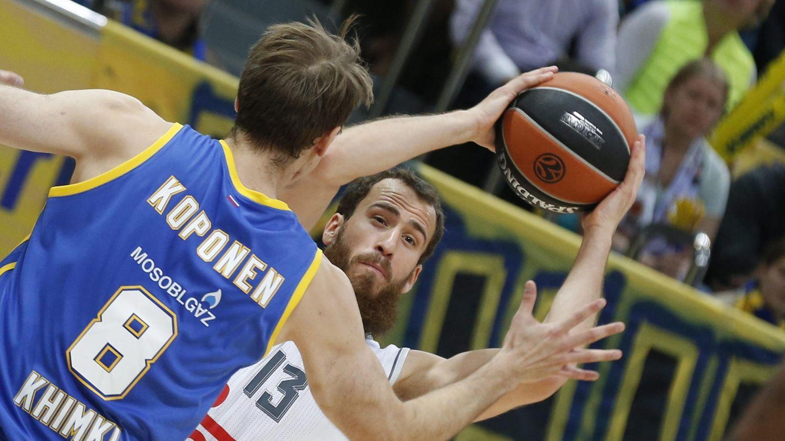 Foto: El Chacho lucha por el control del balón con Petteri Koponen (Efe).