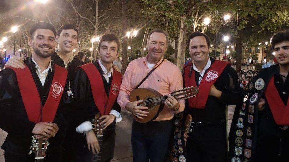 Foto: Kevin Spacey, junto a los tunos con los que cantó 'La Bamba' en Sevilla (Foto: Instagram/Tuna Derecho Sevilla)