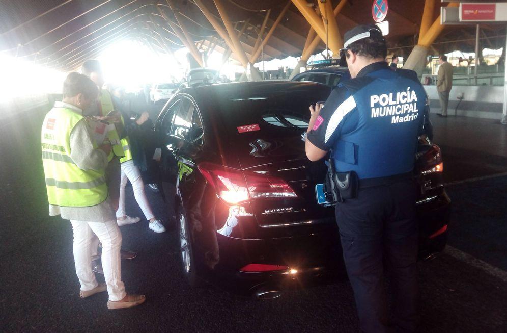 Foto: Inspectores de la Comunidad de Madrid junto a la Policía Municipal en Barajas.