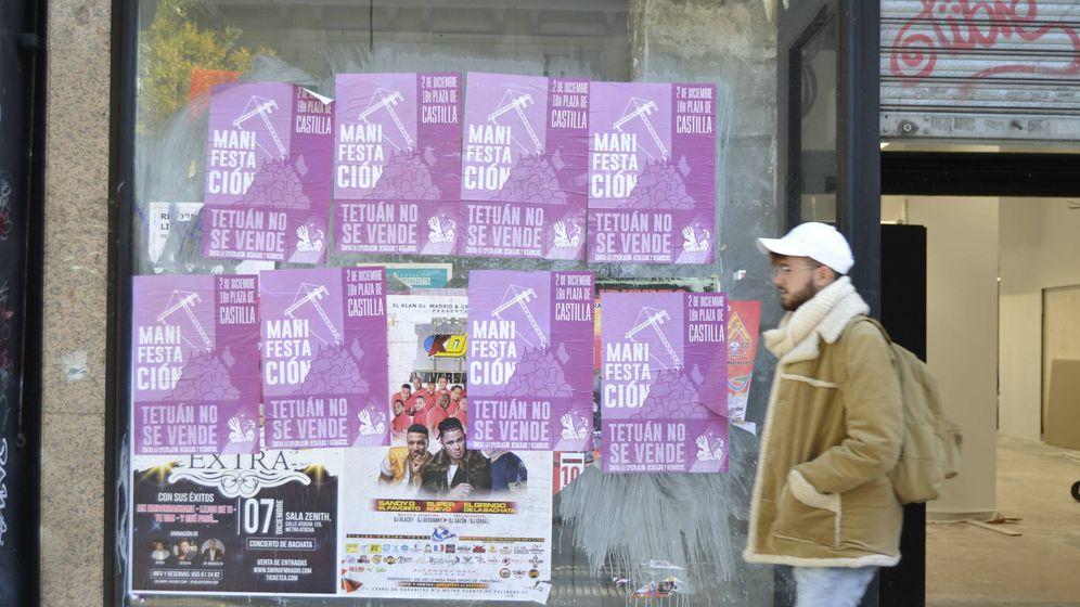 Foto: Carteles contra la gentrificación tapan otros de música latina en Tetuán.