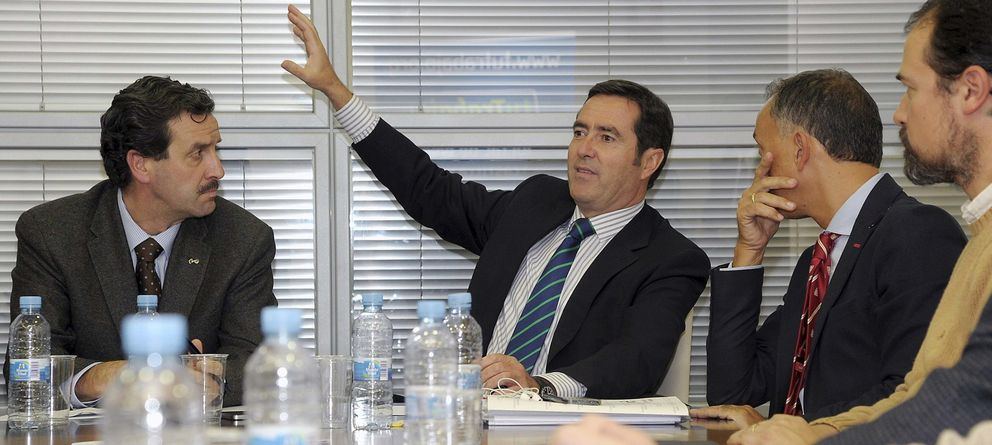 Foto: El candidato a la presidencia de la patronal española (CEOE), Antonio Garamendi (2i). (EFE)