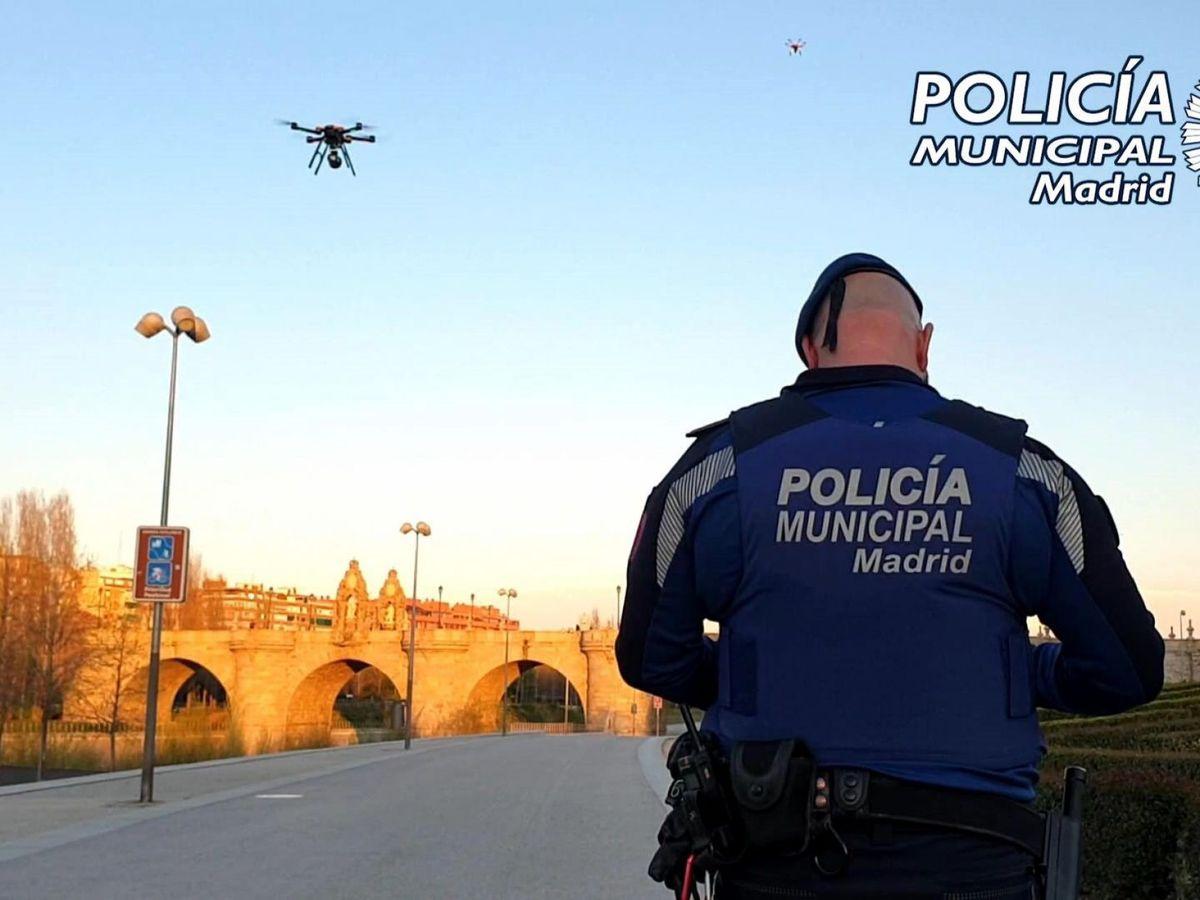 Foto: Miembros de la Policía Municipal de Madrid utilizan drones para instar a los ciudadanos a que permanezcan en sus casas. (Policía Municipal de Madrid)