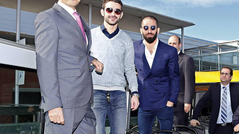 Fernando Jiménez Dorado, administrador de RJ Autocares, junto a dos ex jugadores del Atlético de Madrid.