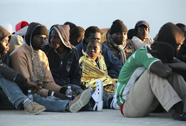 Foto: Personas desembarcadas en Augusta el 16 de abril descansan tras ser rescatadas (Reuters).