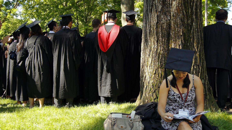 Una estudiante graduada durante una ceremonia en la Universidad de Harvard (Reuters).