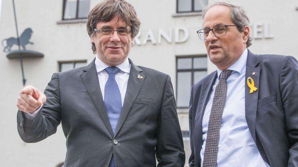 Foto: El expresidente catalán Carles Puigdemont (i) y el presidente de la Generalitat, Quim Torra, tras su reunión en Waterloo. (EFE)