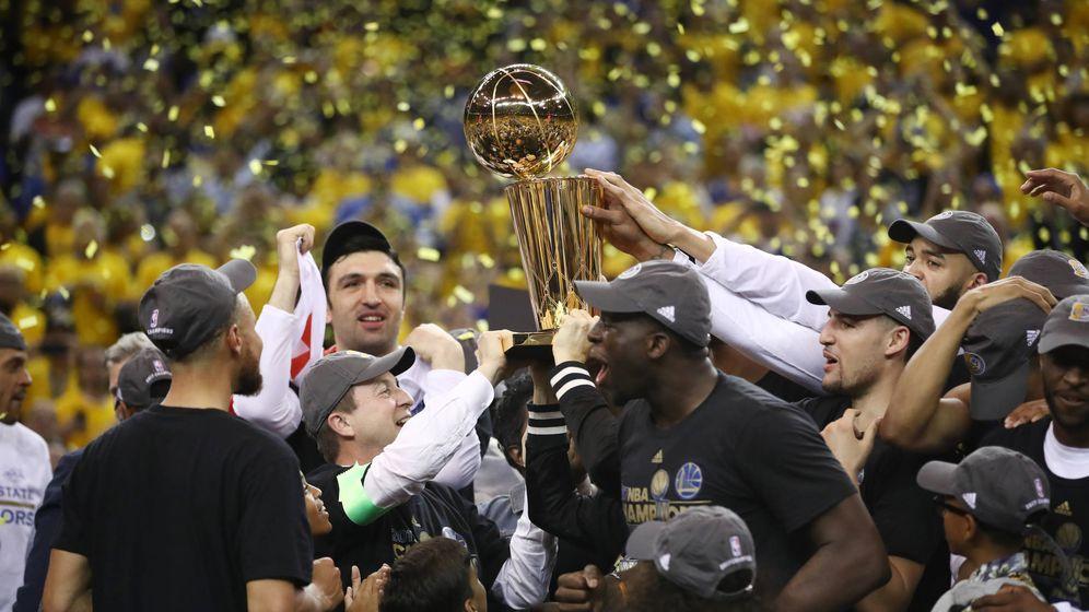 Foto: Los Golden State Warriors, campeones de la NBA por segunda vez en tres años