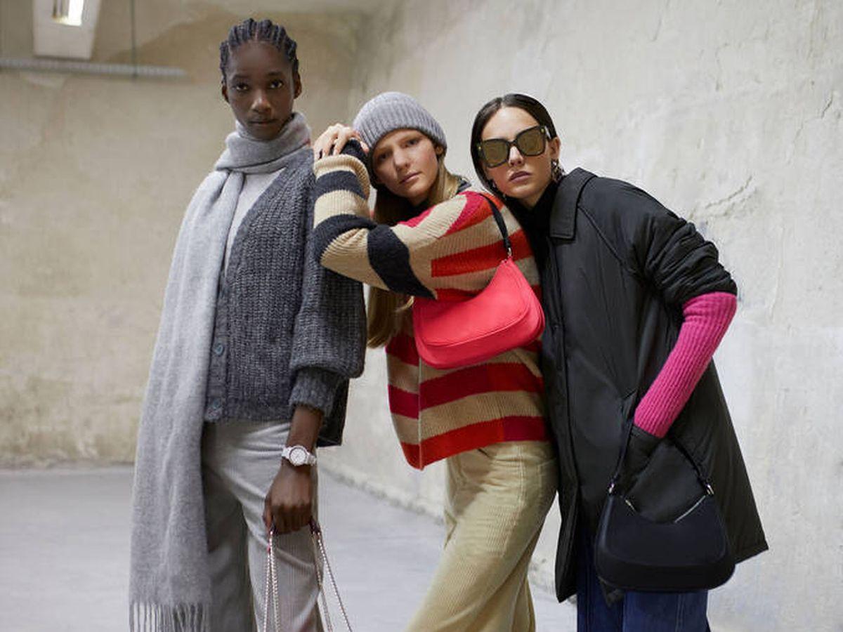 Foto: Parfois se rinde ante el rosa de moda con un bolso, un jersey y unos guantes. (Cortesía)
