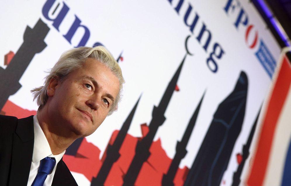 Foto: Geert Wilders escucha a un participante durante una rueda de prensa en Viena, en marzo de 2015 (Reuters)