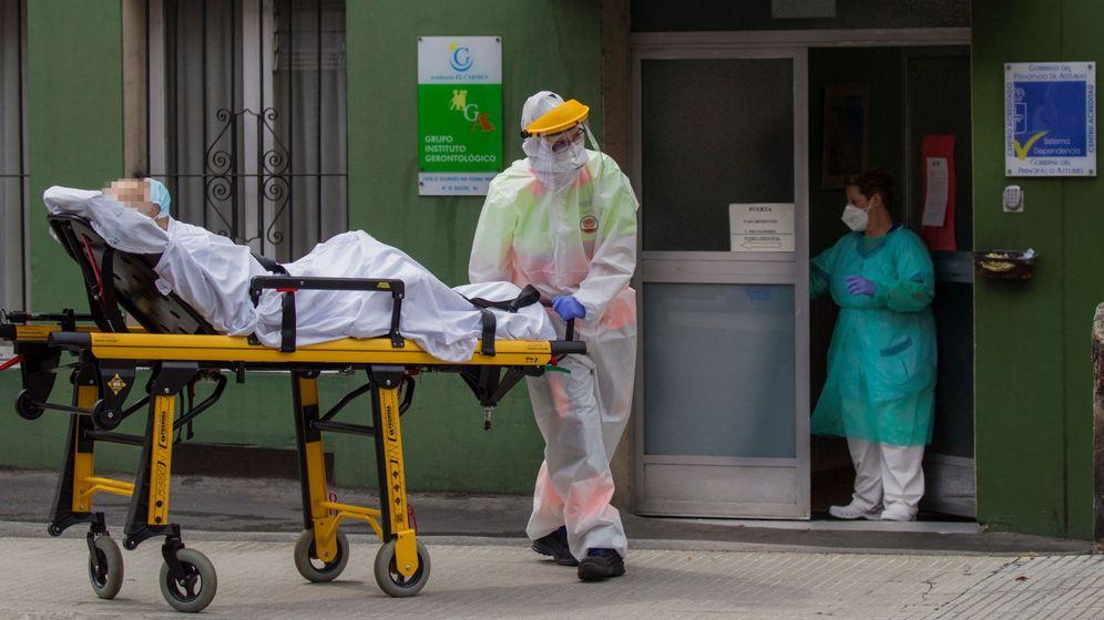 Foto: Personal sanitario recogiendo a ancianos de la residencia El Carmen, Gijón. (EFE)