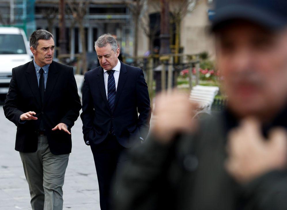 Foto: Jonan Fernández conversa con Iñigo Urkullu. (EFE)