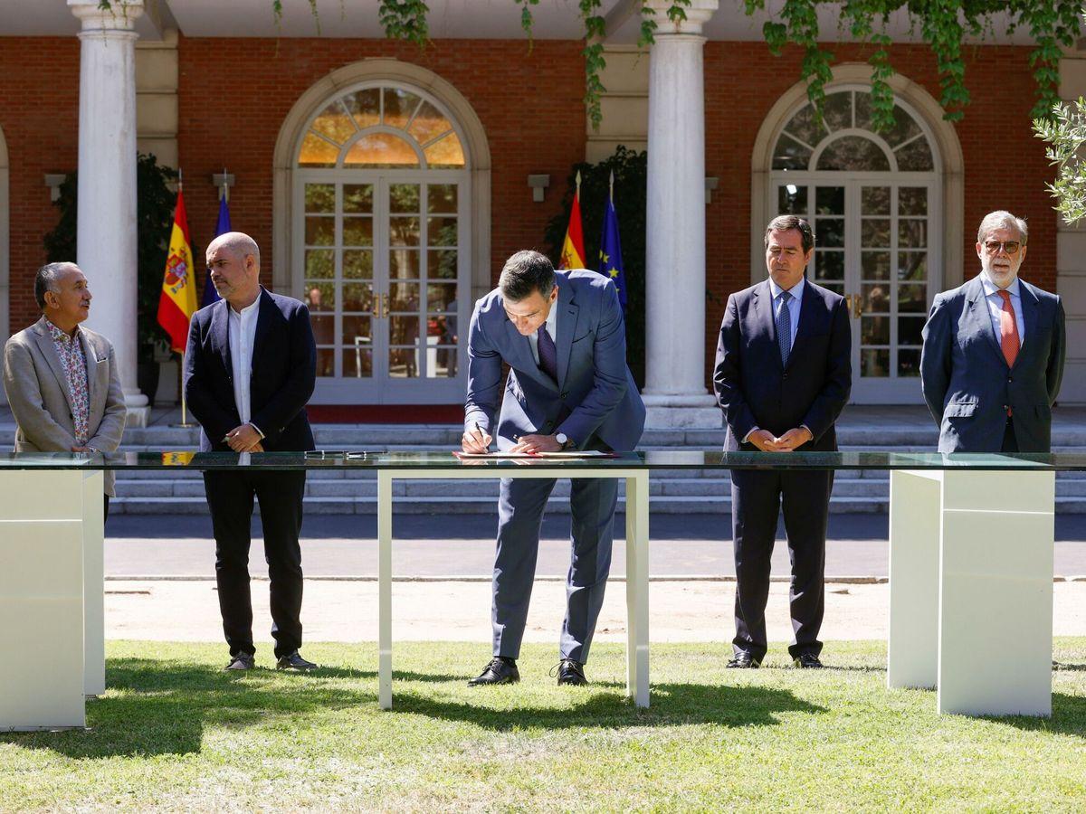 Foto: Firma del acuerdo para la reforma de las pensiones. (EFE)