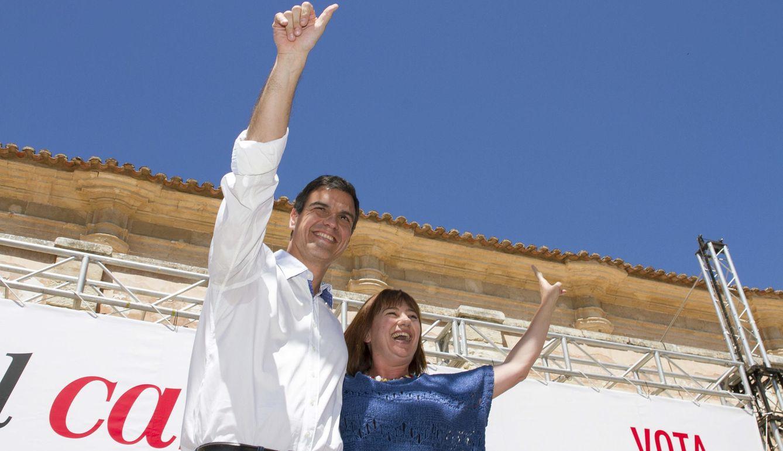 El secretario general del PSOE, Pedro Sánchez (i), junto a la candidata a la presidencia del Govern balear, Francina Armengol. (EFE)