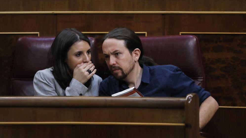 Foto: El líder de Podemos, Pablo Iglesias (d), y la portavoz parlamentaria de Unidos Podemos, Irene Montero. (EFE)